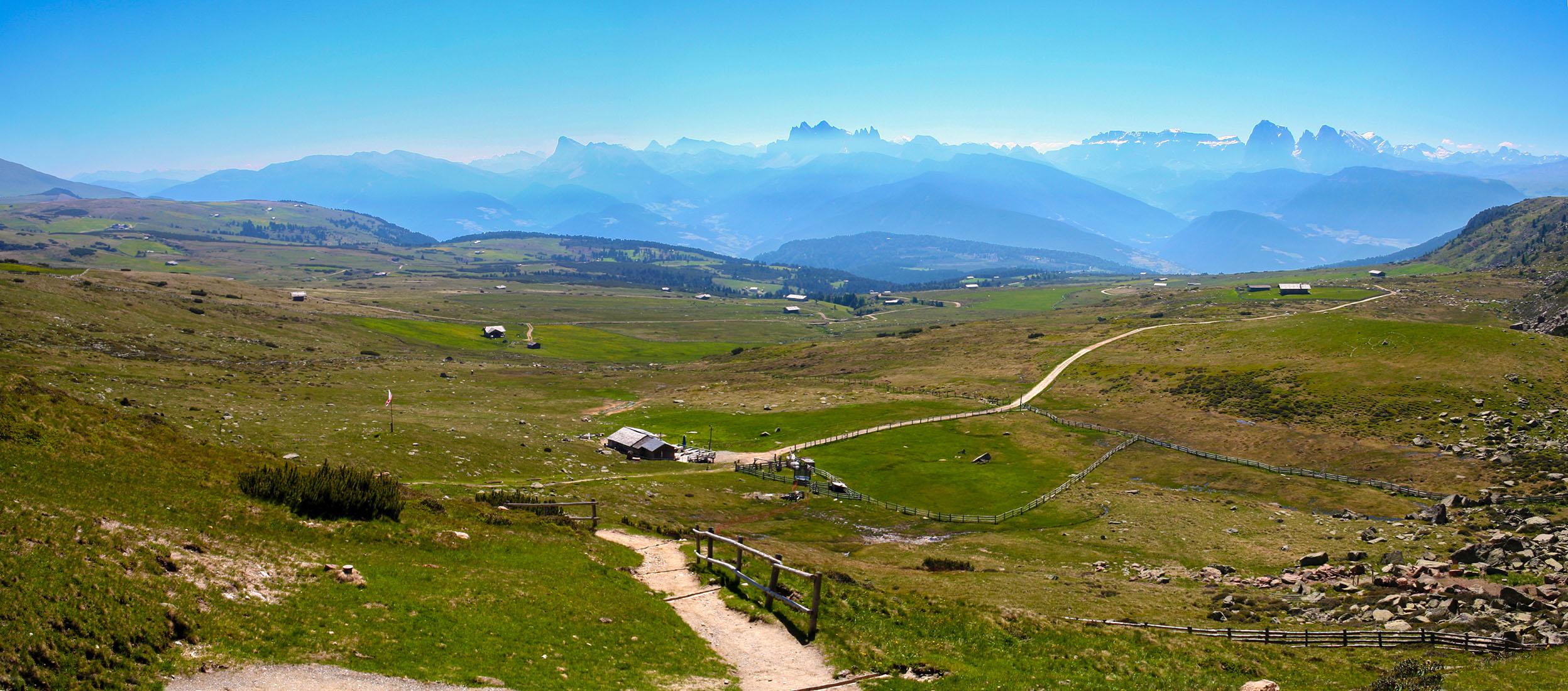 Villanderer Alm mit Blick in die Dolomiten